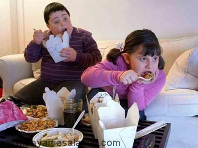 عواقب و عوارض غذا خوردن جلوی تلویزیون و کامپیوتر برای کودکان و بزرگسالان