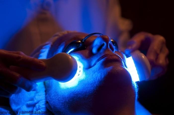 استفاده از نور آبی برای درمان آکنه از روش درمان تا عوارض جانبی