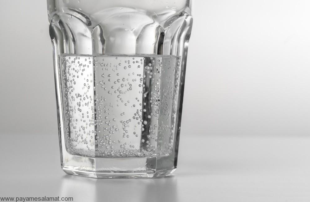 مزایا و معایب استفاده از آب گازدار برای بدن و مقایسه ای بین آب گازدار، آب نارگیل و آب لیمو