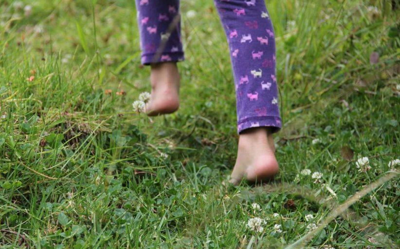 مزایای پابرهنه راه رفتن روی چمن برای بدن