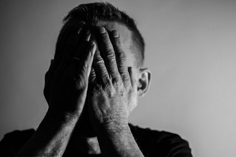 چرا مردان نسبت به زنان تمایل کمتری به درمان مشکلات روانی خود دارند؟